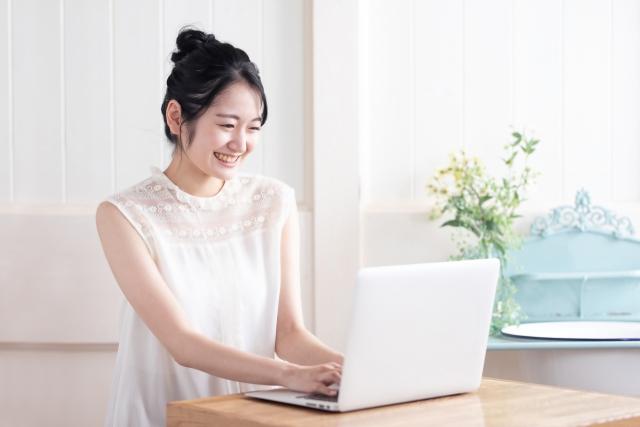 卒業生の不安解消!ビジカ様のデザインのお仕事紹介・PCに向かってる笑顔の女性